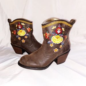Rocket Dog Floral Embroidered Western Boots 6 NWOT